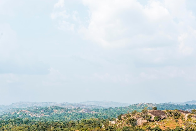 Afrikanische naturlandschaft mit vegetation und himmel