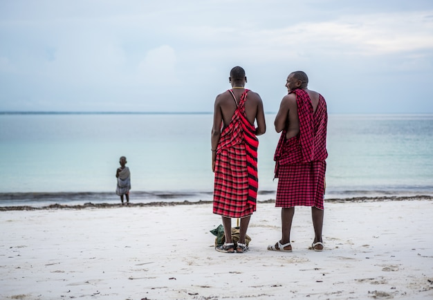 Afrikanische stammesmänner am strand