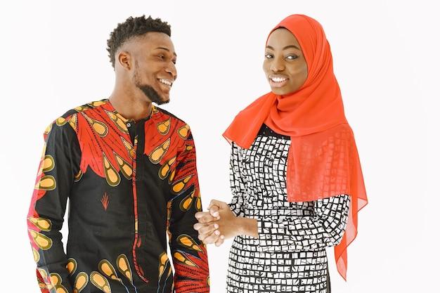 Afrikanische studenten. junge leute in traditioneller nigerianischer kleidung. bücher halten. studienkonzept.
