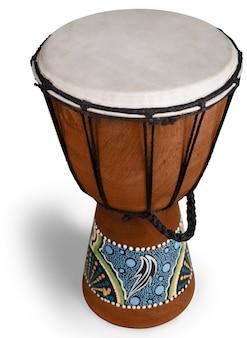 Afrikanische trommel isoliert auf weißem hintergrund