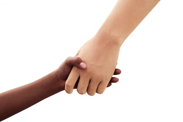 Afrikanische und weiße hände verschiedener rassen zittern