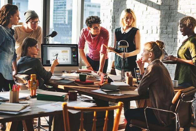 Afrikanischer abstammung brainstorming working workplace concept