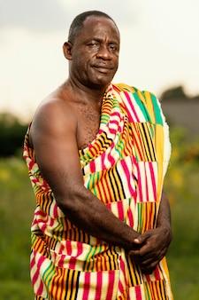 Afrikanischer älterer mann mit traditioneller kleidung