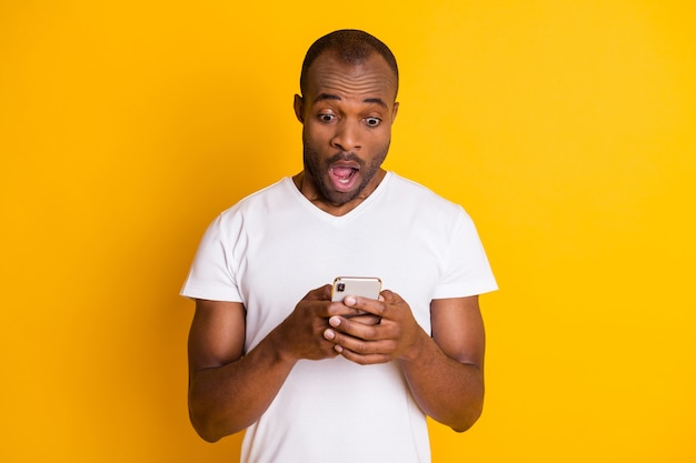 Afrikanischer ethnischer mann hält telefongerät kommunizieren