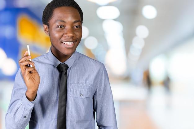 Afrikanischer geschäftsmann, der am handy spricht