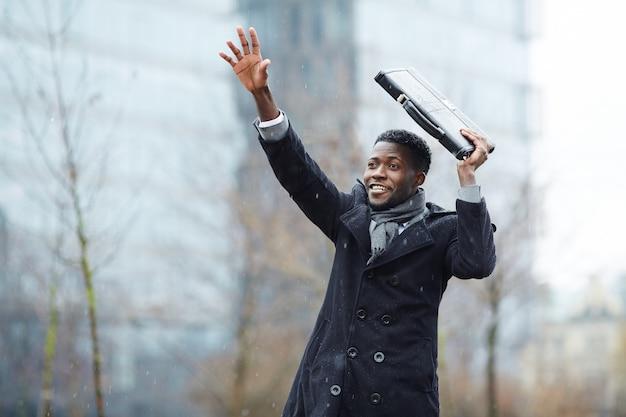 Afrikanischer geschäftsmann, der versucht, taxi zu fangen