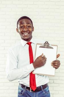 Afrikanischer geschäftsmann mit einem klemmbrett