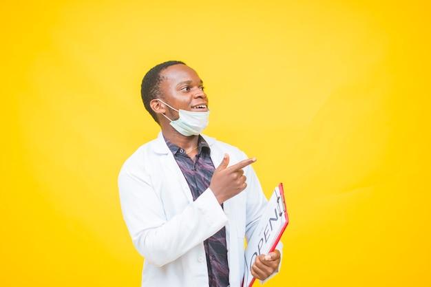 Afrikanischer männlicher arzt, der eine schutzmaske trägt