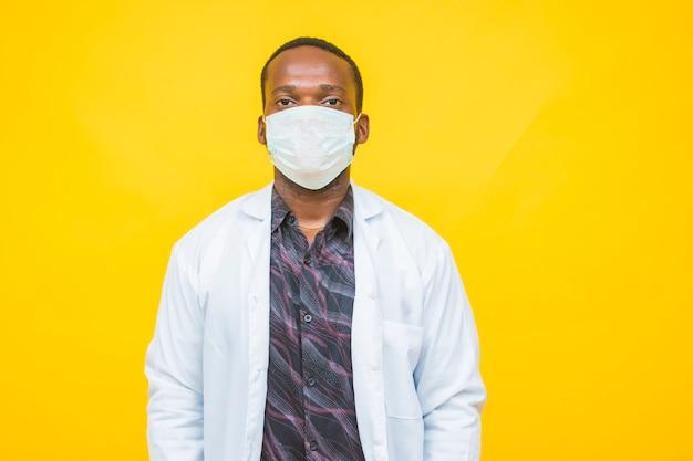 Afrikanischer männlicher arzt trägt eine schutzmaske