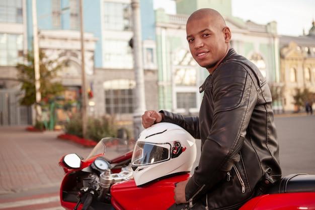 Afrikanischer mann auf einem sportmotorrad in der stadt