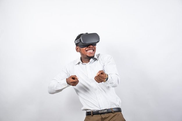 Afrikanischer mann, der ein immersives erlebnis mit einem vr-headset hat