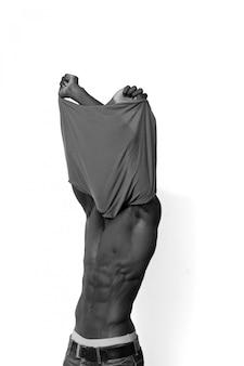 Afrikanischer mann, der sein hemd auszieht