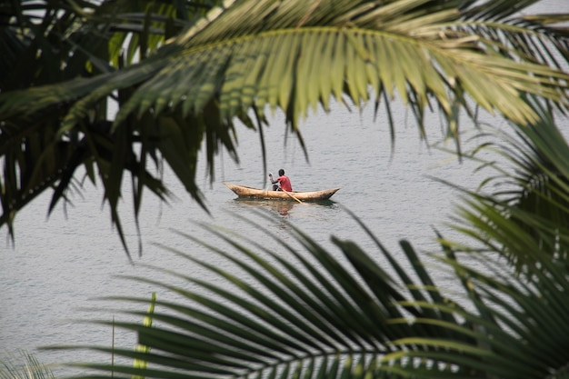 Afrikanischer mann im alten kanu angeln am kivu-see, ruanda?