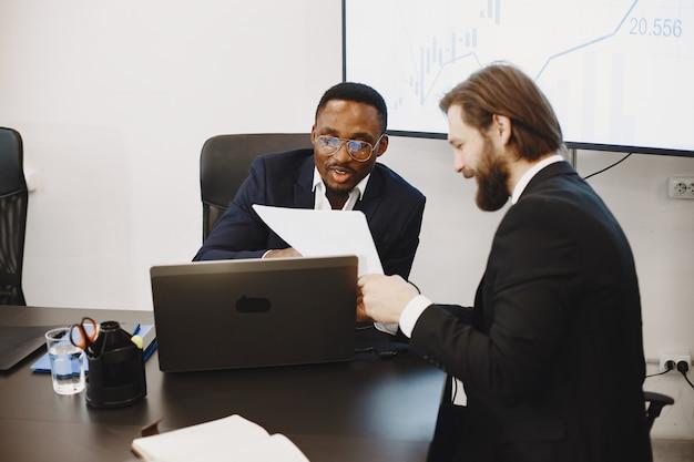 Afrikanischer mann im schwarzen anzug. internationale partner.
