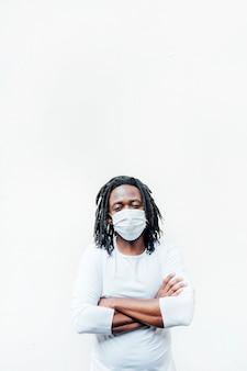 Afrikanischer mann mit maske auf der straße