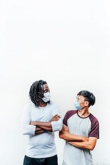 Afrikanischer mann und ein anderer chinese mit einer maske