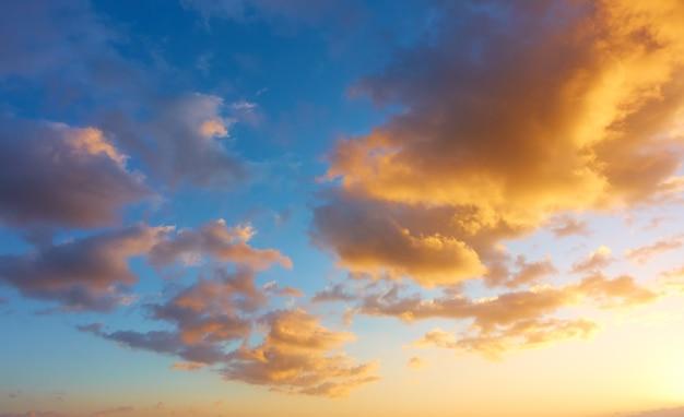 Afrikanischer sonnenuntergangshimmel mit schönen orangefarbenen wolken, kann als hintergrund verwendet werden - cloudscape, schönheit in der natur