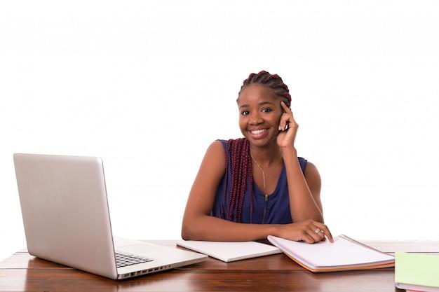 Afrikanischer student, der mit laptop arbeitet