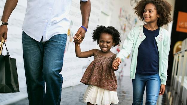 Afrikanischer vater mit seinen kindern