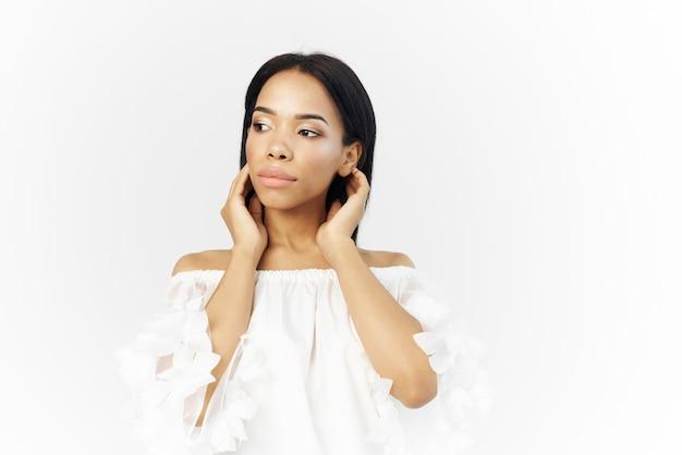 Afrikanisches aussehen der frau, das kosmetik-luxusmodell aufwirft