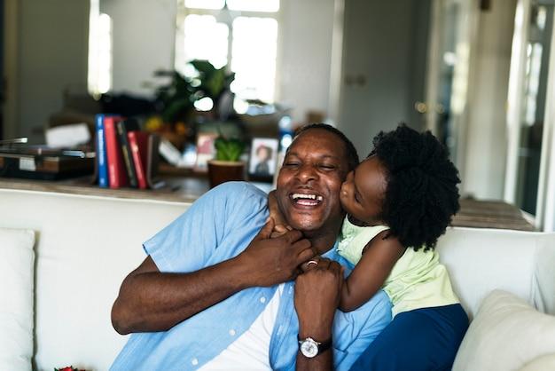 Afrikanisches kind, das ihren vater küsst