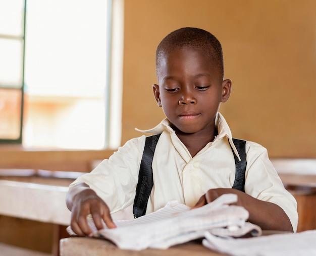 Afrikanisches kind, das im unterricht lernt