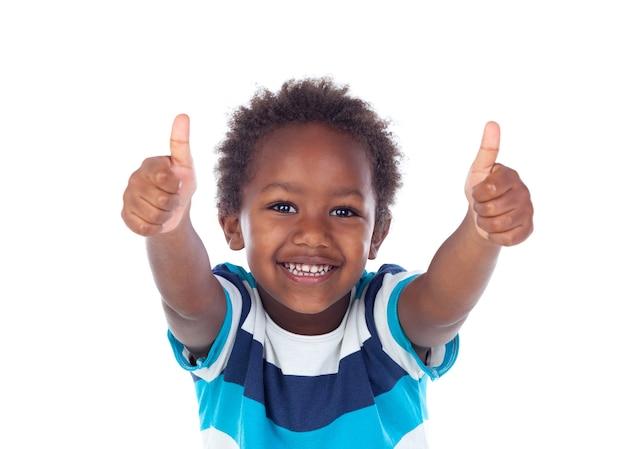 Afrikanisches kind, das ok sagt