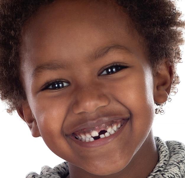 Afrikanisches kind, das seine neuen zähne zeigt