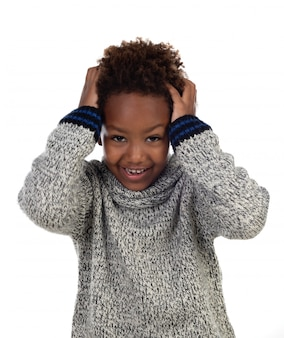 Afrikanisches kind, das seinen kopf bedeckt