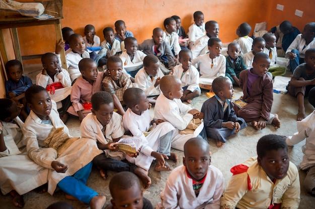 Afrikanisches klassenzimmer mit kindern 10/12/2018 sansibar
