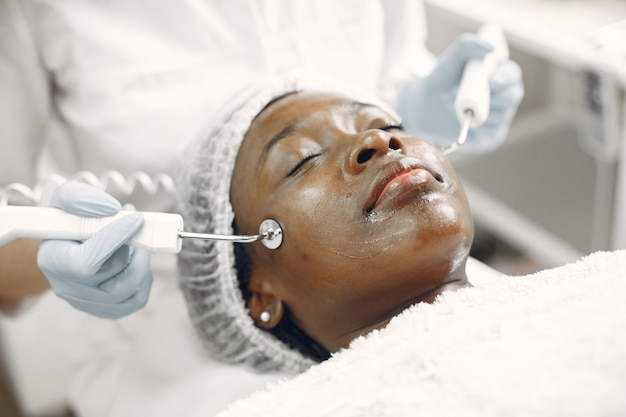 Afrikanisches mädchen. frau auf der couch. dame bei kosmetikerin.