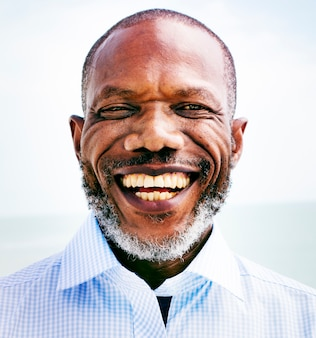 Afrikanisches mann-strand-ferien-lebensstil-porträt-konzept
