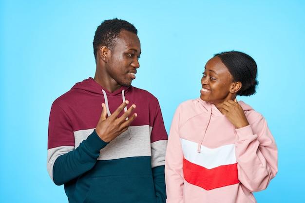 Afrikanisches paar, das miteinander spricht