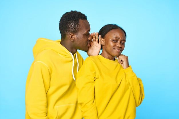 Afrikanisches paar, das sich gegenseitig geheimnisse erzählt