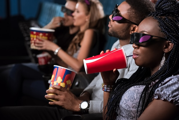 Afrikanisches paar im kino