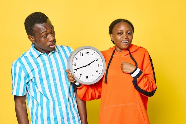 Afrikanisches paar mit uhr