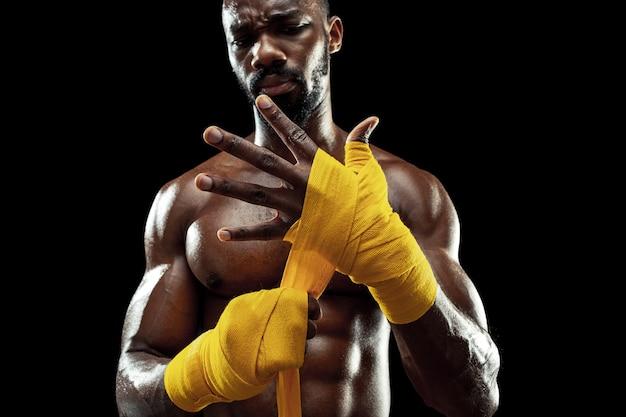 Afro-amerikanischer boxer umwickelt hände mit gelbem verband