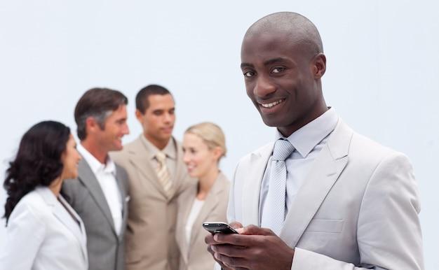 Afro-amerikanischer geschäftsmann, der einen text sendet