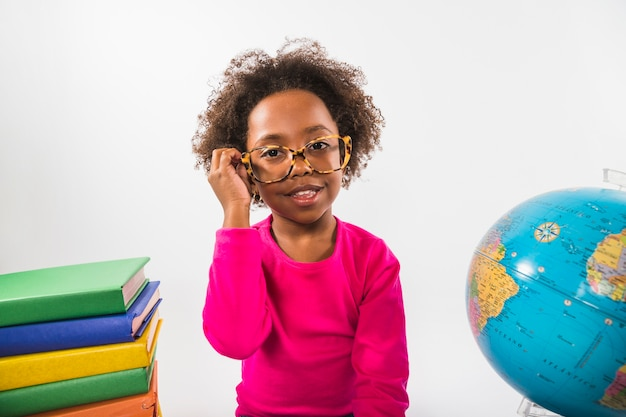 Afro-amerikanisches kind in den gläsern im studio