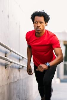 Afro athletischer mann macht sport und läuft im freien treppen hoch Premium Fotos