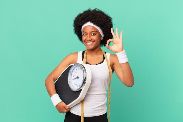 Afro-frau, die sich glücklich, entspannt und zufrieden fühlt, zustimmung mit okayer geste zeigt, lächelndes diätkonzept