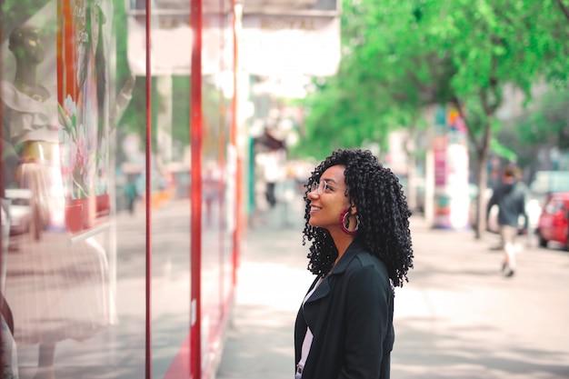 Afro frau schaufensterbummel