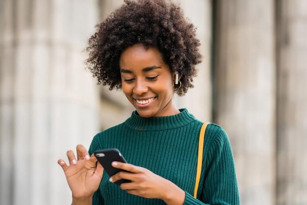 Afro-mann macht selfies mit telefon