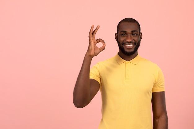 Afroamerikaner, der das ok-zeichen macht