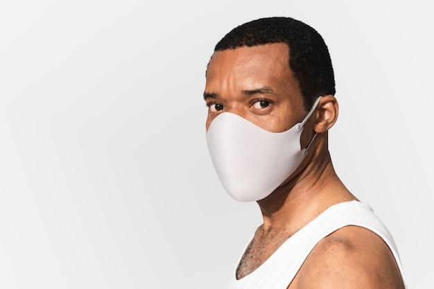 Afroamerikaner, der während der neuen normalität eine gesichtsmaske trägt