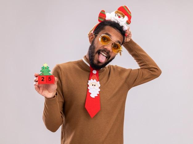 Afroamerikaner in braunem pullover und weihnachtsmannrand