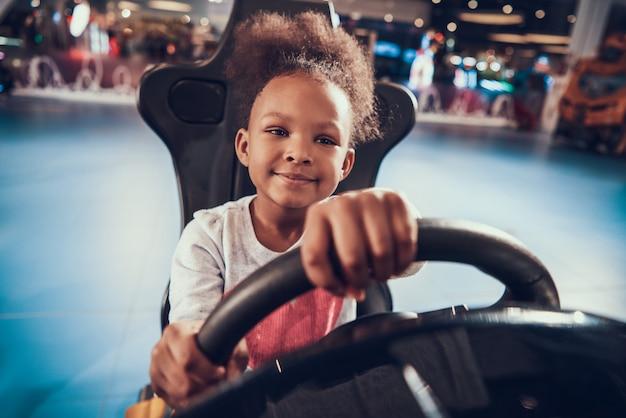 Afroamerikaner-kind, das das laufen des simulator-spiels spielt
