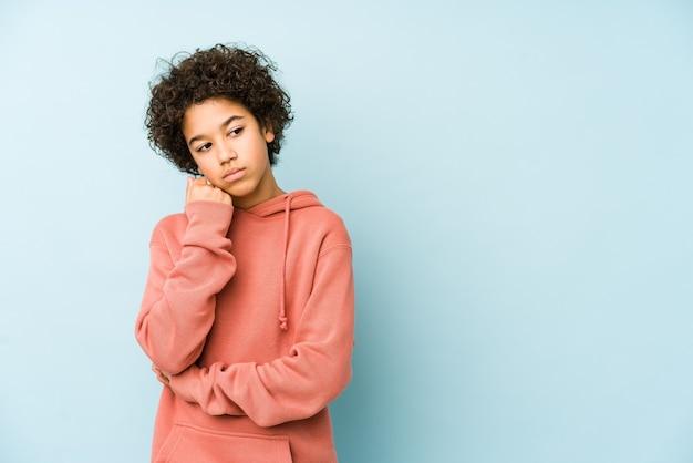 Afroamerikaner kleiner junge isoliert, der sich traurig und nachdenklich fühlt und kopierraum betrachtet.