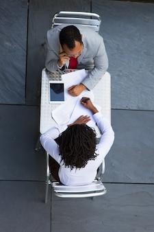 Afroamerikaner manager arbeiten mit dokumenten