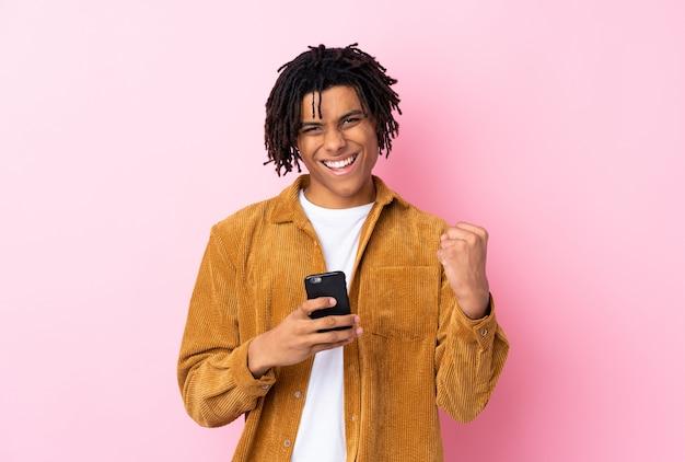 Afroamerikaner mann auf rosa wand